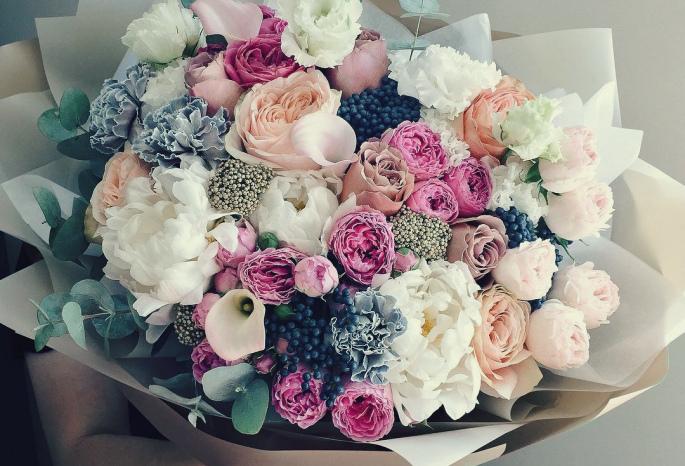 Поздравление и букет цветов