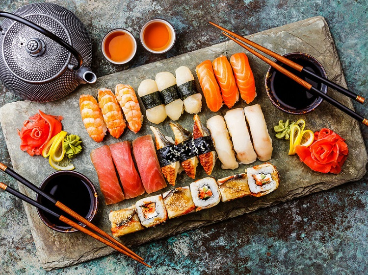 Подача суши или роллов к столу