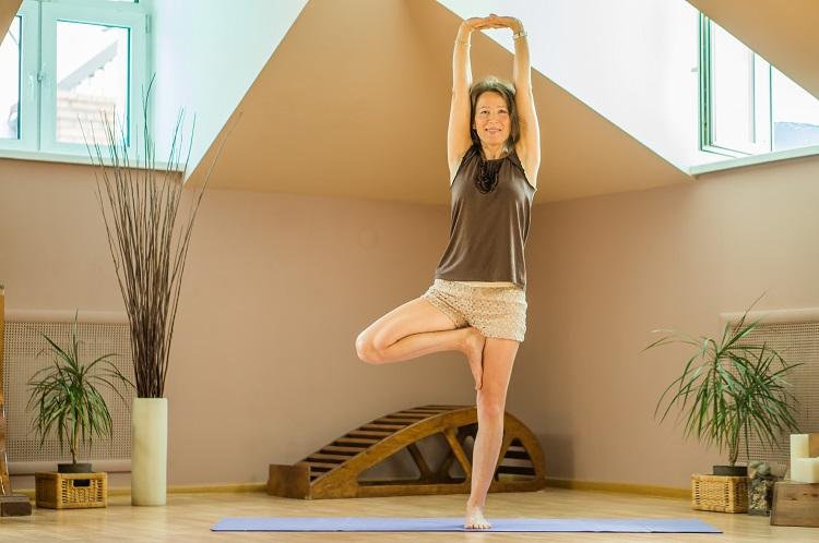 Поза дерева в йоге для похудения