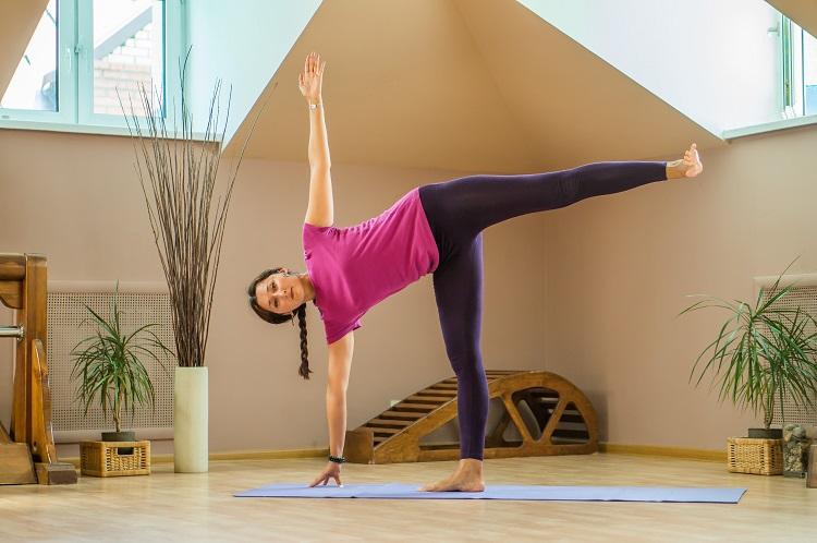 Поза полумесяца в йоге для похудения