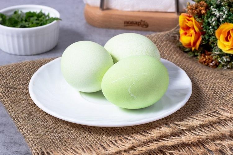 Шпинат придает яйцам зеленый цвет